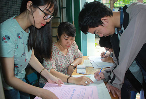 Thí sinh đang điều chỉnh nguyện vọng xét tuyển ĐH- CĐ tại trường THPT Gò Vấp TPHCM.