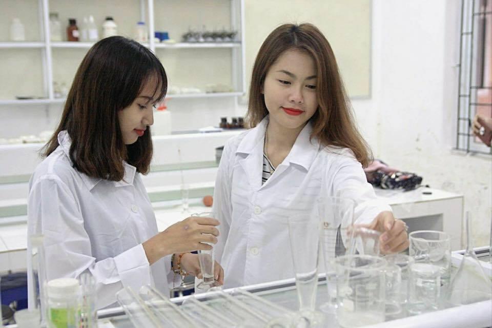 Phạm Hồng Nhung cùng bạn trong phòng thực hành Dược