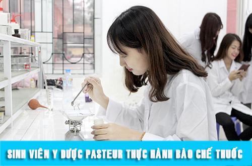Sinh viên Văn bằng 2 Cao đẳng Dược TPHCM thực hành tại phòng thí nghiệm