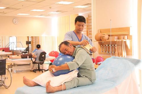 Kỹ thuật vật lý trị liệu với Vận động trị liệu.