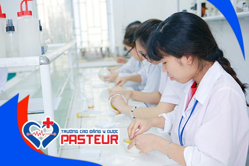 Sinh viên Trường Cao đẳng Y Dược Pasteur trong giờ thực hành